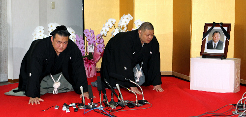 El nuevo Ozeki Kisenosato durante la ceremonia de aceptación de su nuevo rango