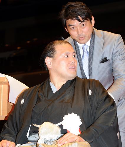 El jugador de béisbol Takashi Saito realizando uno de los cortes en el mage de Tosanoumi