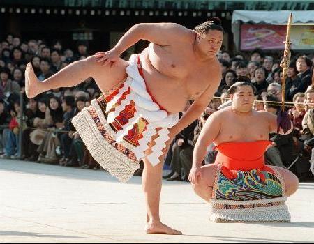 Akebono realizando la ceremonia del Yokozuna dohyo-iri en sus años como Gran Campéon