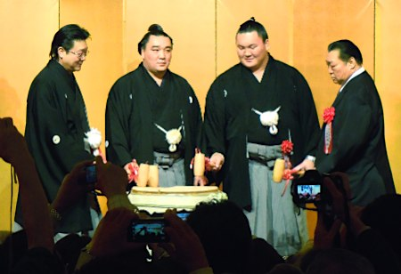El Yokozuna Harumafuji acompañado por el también Yokozuna Hakuho, Kitanoumi Rijicho e Isegahama oyakata