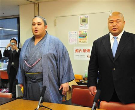 El antiguo Ozeki Miyabiyama anunciando su retirada. Foto: Asojima (SumoForum)