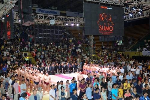 Todos los miembros de la caravana del sumo durante la ceremonia de inauguración