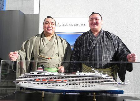 Los Yokozunas Harumafuji y Hakuho en la presentación del crucero (Foto: Akinomaki - Sumo Forum)