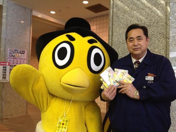 Shibatayama oyakata con la mascota de la NSK