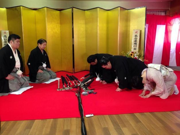 El nuevo Ozeki Goeido durante la ceremonia de nombramiento en su heya (Foto: Yubinhaad - SumoForum)