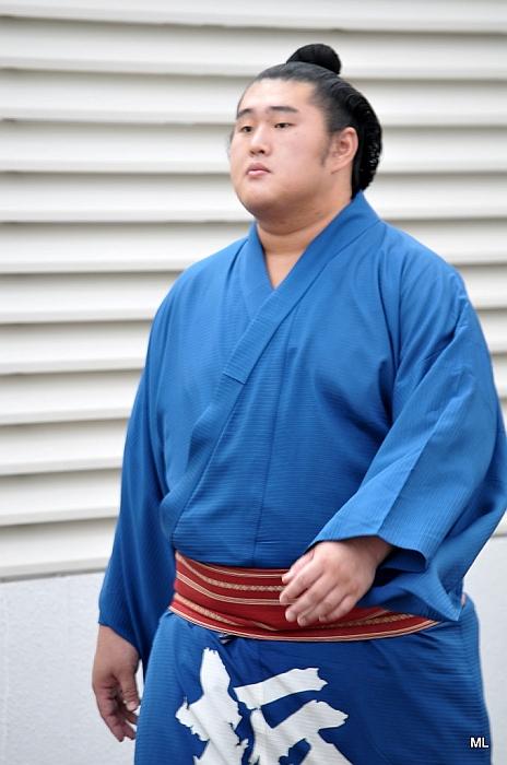 El Maegashira Tochinowaka haciendo su entrada en el Kokugikan (Foto: Martina Lunau)