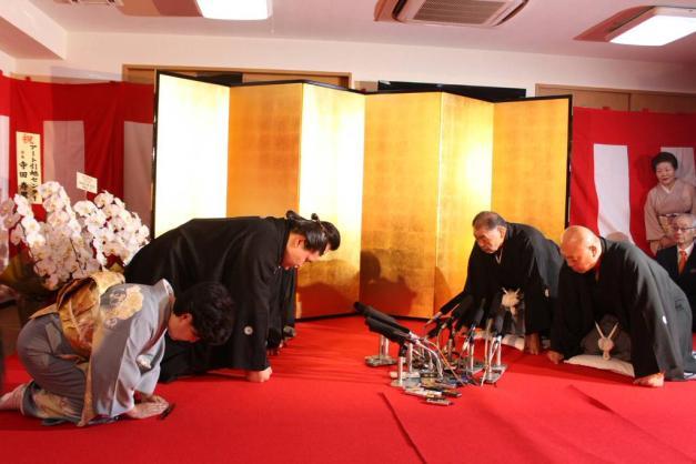 El nuevo Ozeki Terunofuji recibiendo la notificación oficial de su promoción
