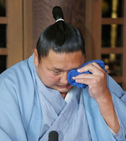 Kyokutenho durante la rueda de prensa en la que anunció su retirada