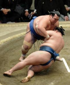 Momento en el que Kotoshogiku derrotaba a Goeido para hacerse son su primer Yusho (Foto: Sumoforum)