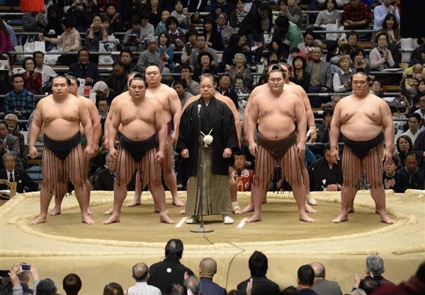 Los miembros del sanyaku durante la presentación del Torneo en la primera jornada (Foto: Sumoforum.net)