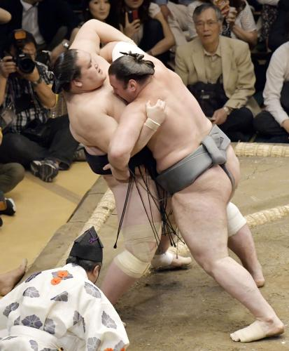 El Ozeki Terunofuji en su derrota de ayer ante Tochinoshin. Hoy a vuelto a a caer ante Seiro y se complica su futuro (Foto: Sumoforum.net)