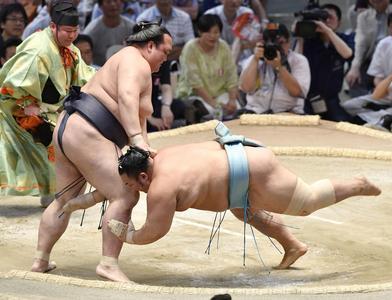 El Ozeki Kisenosato sumó hoy una nueva victoria en su camino hacia el rango de Yokozuna (Foto: Kyodo news)