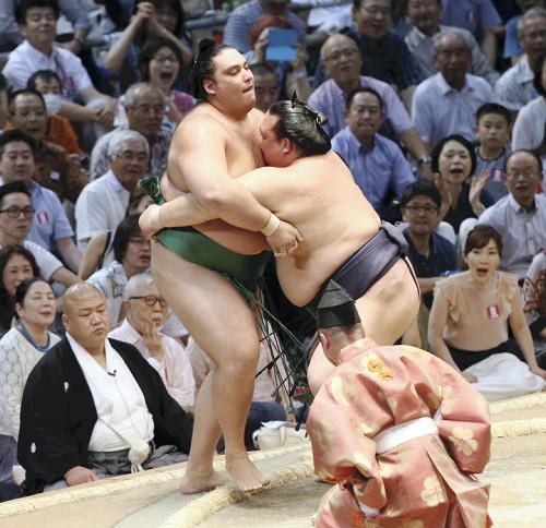 El Sekiwake brasileño Kaisei no pudo hacer nada ante el empuje del Ozeki Kisenosato (Foto: Sumoforum.net)