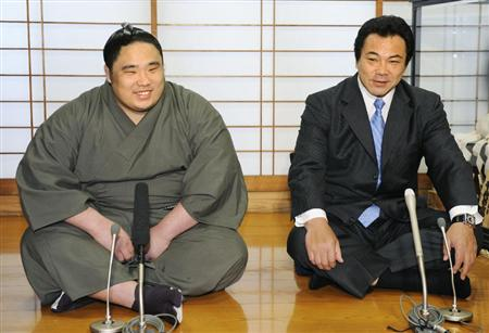 El gran Yokozuna Chiyonofuji (derecha) junto a Chiyootori, uno de sus pupilos en la Kokonoe beya (Foto: Sumoforum.net)