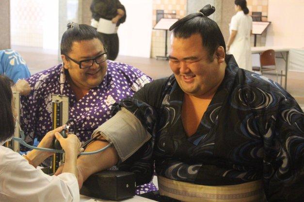 El Ozeki Kotoshogiku se toma con buen humor el control de su tensión arterial (Foto: NSK)