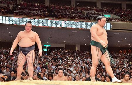 El Maegashira Okinoumi, que ayer derrotaba al Ozeki Kisenosato, ha hecho hoy lo propio con el Yokozuna Kakuryu (Foto: Sumoforum.net)