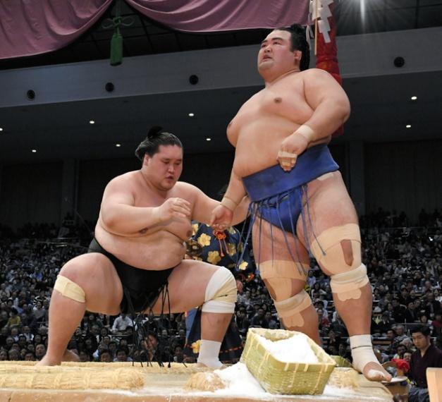 Terunofuji y Kotoshogiku, el primero a punto de superar el kadoban y el segundo a punto de volver a serlo (Foto: SumoForum.net)