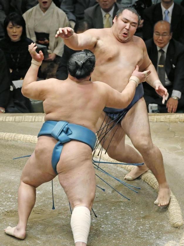 El Yokozuna Kakuryu ha abandonado hoy la competición por lesión (Foto: The Japan Times)