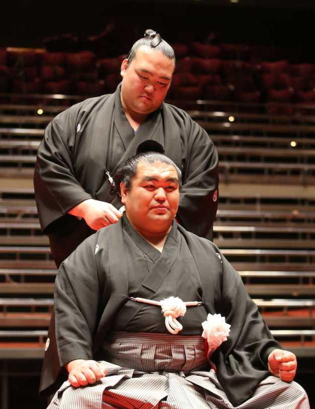 El Yokozuna Kisenosato en el momento de realizar uno de los cortes ceremoniales al oicho-mage de Tamaasuka (Foto: Sponichi)