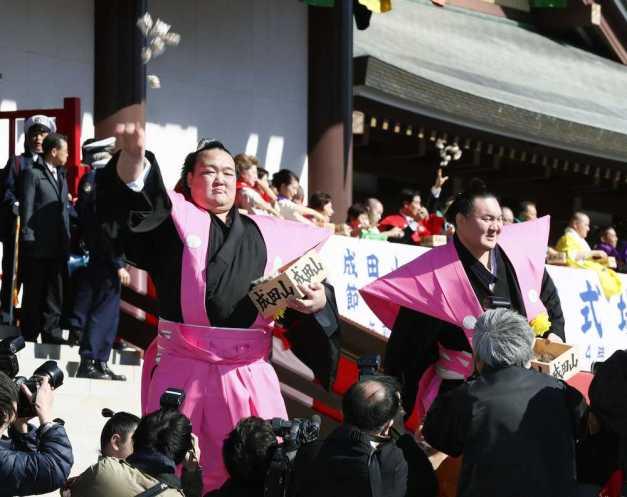 Los Yokozuna Kisenosato y Hakuho en plena celebración del Setsubun (Foto: SumoForum.net)
